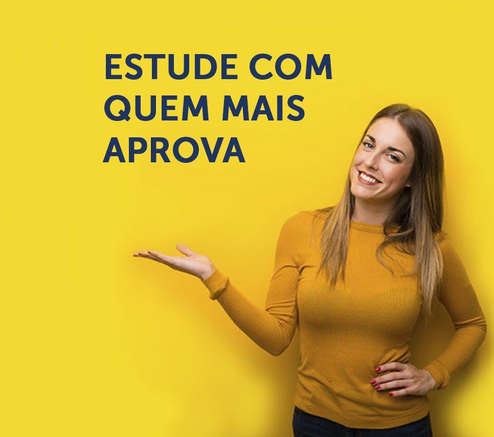 """Modelo demonstra texto """"Estude com quem mais aprova"""" - MCA Concursos"""